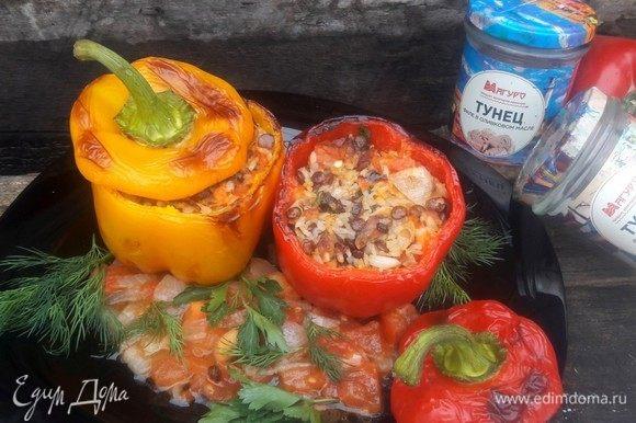 На блюдо выложить оставшие помидоры, украсить зеленью и выложить готовые перцы. Подавать теплыми.