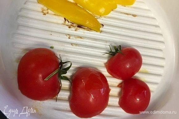 На хорошо разогретую сковороду кладем помидоры срезом вниз. Туда же отпраляем полосочки перца. Помидоры подрумяниваются очень быстро, буквально за пару минут. Их жарим только с одной стороны и снимаем. Перчик я жарила с двух сторон.