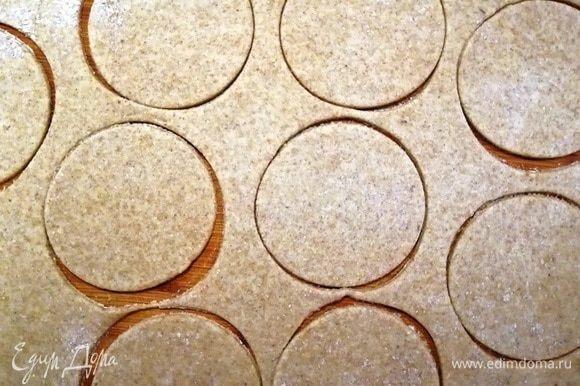 Тесто тонко раскатайте и вырежьте одинаковые кружочки.