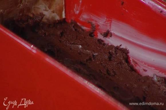 Продолговатую форму для выпечки выстелить пищевой бумагой, смазать оставшимся сливочным маслом, выложить тесто и разровнять его.