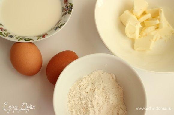 Приготовить ру. Ру (Roux) — это смесь из жира и муки, обжаренных до одного из трех состояний: белого, золотистого или красного. Ру является нежнейшим загустителем. Базовые пропорции масла и муки 1: 1. В его приготовлении есть некоторые тонкости. Нагрев посуды, в которой готовится ру, должен оставаться невысоким, процесс перемешивания должен быть непрерывным и равномерным. Чем больше времени готовится ру, тем более глубоким и насыщенным вкусом будет обладать блюдо. Будем готовить белый ру. Он требует лишь минимальной обжарки.
