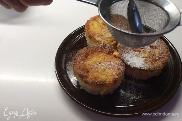 Готовое суфле необходимо полностью остудить и только потом, пройдясь по бортикам формочек ножиком, извлечь наш завтрак. Осторожно! Пудинги очень нежные и хрупкие. Посыпаем сверху сахарной пудрой.