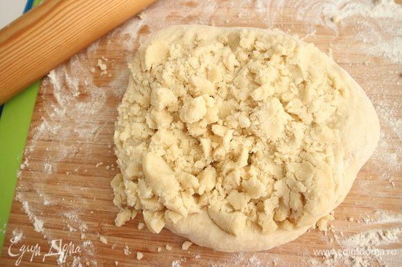 Тщательно перемешать дрожжевое тесто с песочным тестом.