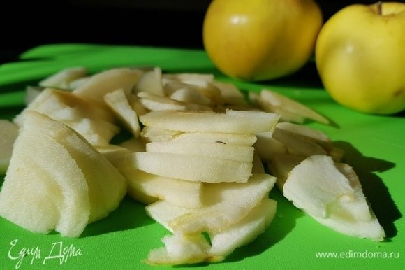 Яблоки почистить, вырезать сердцевину и нарезать на дольки. Делайте дольки средние, чтобы при томлении они не превратились в кашу.