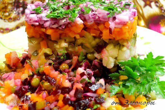 Аккуратно снимаем форму, и салат готов к подаче! Приятного ужина!