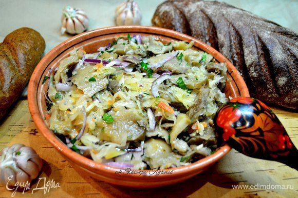 Салат: квашеная капуста, соленые грибы, красный лук, чеснок, подсолнечное масло.