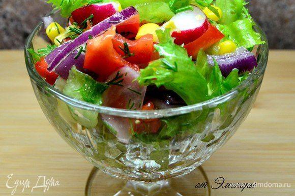 Салат: кукуруза, редиска, листья салата, красный лук, красный болгарский перец, масло подсолнечное, зелень, соль.