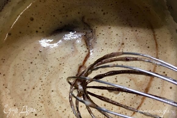 Теперь в шоколадно-сахарно-масленную массу, к тому времени уже немного остывшую, вмешиваем взбитые яйца.