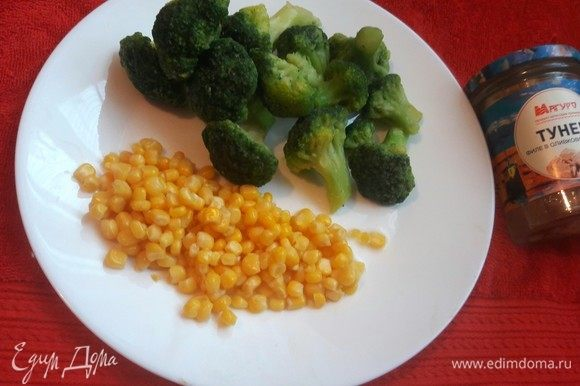 Также нам понадобится замороженная кукуруза и брокколи, кукурузу нужно предварительно разморозить, можно использовать и консервированную.