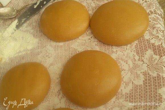Взбиваем венчиком два яйца с сахаром, добавляем мед, соду и масло сливочное в кастрюльке ставим на маленький огонь и помешиваем. Перемешиваем до тех пор, пока не появятся пузырьки и масса не увеличится в два раза. После этого снимаем с огня, добавляем муку и месим тесто. Делим на 6 равномерных лепешек и даем тесту отдохнуть.