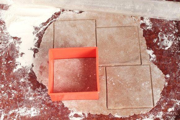 После отведенного времени раскатать тесто на припыленной пшеничной мукой поверхности в тонкий пласт, как для лаваша. Разрезать ножом на квадраты (12х12 см) или вырезать сервировочной формой. Ни в коем случае не делать никаких наколов на заготовках.