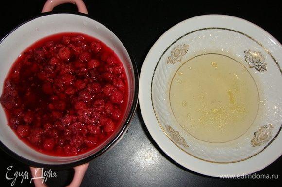 Теперь приготовим желе. Малину разморозить, влить 60 мл кипяченой воды. Желатин залить 60 мл кипяченой воды и оставить на 10 минут. После распустить желатин на водяной бане или в микроволновке. Слегка остудить, вылить в малину и перемешать.