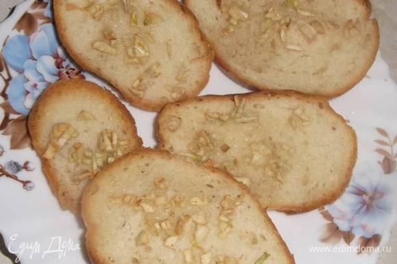 В духовке подсушить хлеб с чесноком.