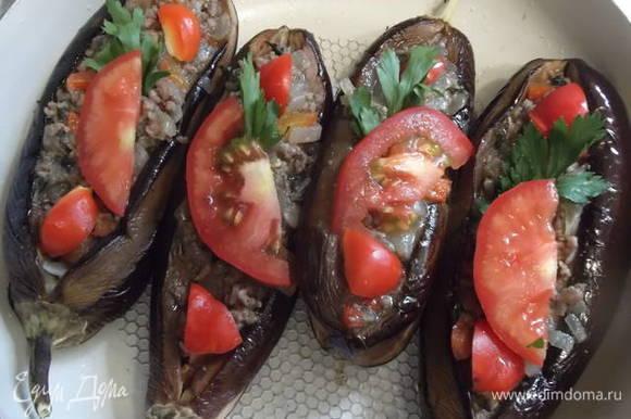 Выкладываем сверху ломтик помидора и кусочек перца с петрушкой.