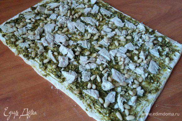 Затем по всей поверхности посыпать кедровые орешки.