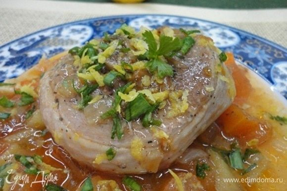 При подаче ломтик мяса выложить на овощи и посыпать гремолатой. При желании можно добавить гарнир из риса или пасты.
