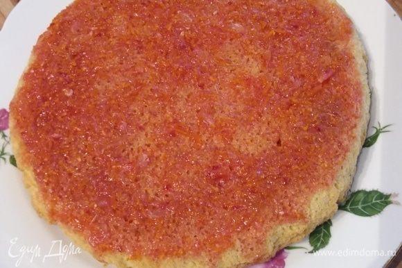 Выкладываем тесто в форму для запекания и выпекаем в заранее разогретой до 190°С духовке 20–25 минут. Немного остудить, достать из формы и выложить на блюдо дном вверх. Смешаем ингредиенты для пропитки: сок 1 апельсина + 1 лимона, цедра апельсина, вода, мед, ром. Делаем дырочки в бисквите и равномерно пропитываем его. Отдельные ингредиенты пропитки могут быть выбраны на ваш вкус.