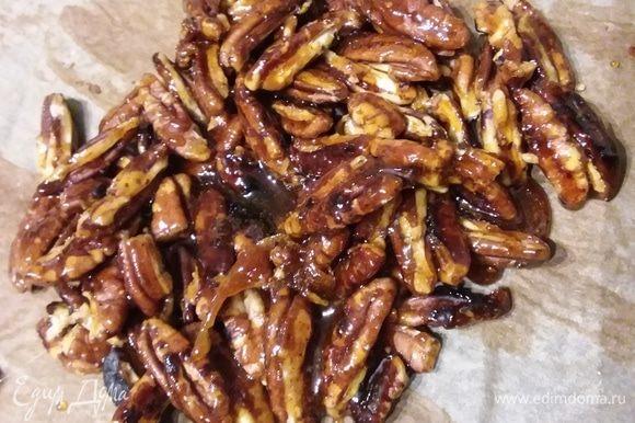 Затем сразу же выложите на подготовленную бумагу для выпечки. Когда орехи остынут, поместите в мешок и разбейте молоточком.