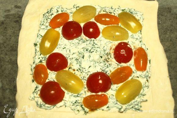 Выкладываем начинку из брынзы. Выкладываем помидоры по кругу. Оставляем пространство в центре для куриного яйца. Отправляем в заранее разогретую духовку до 180°С и выпекаем 20-25 минут (ориентироваться на свою духовку). Через 20-25 минут достаем пирог.