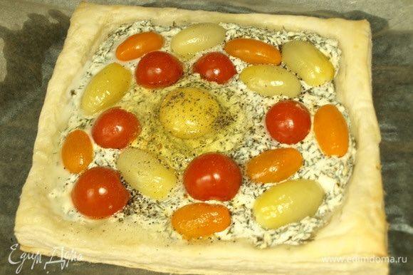 В центр пирога вливаем яйцо. Перчим, солим по вкусу. И отправляем в духовку до готовности яйца (готовность яйца на ваш вкус).