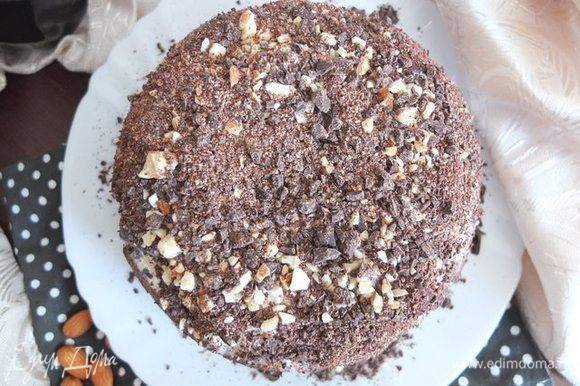 Торт при желании можно полить шоколадной глазурью.