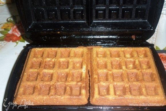 Закрываем вафельницу. Вафли готовятся 2-3 минуты. Из указанных ингредиентов получается 5 шт. вафель размером 10х10 см.
