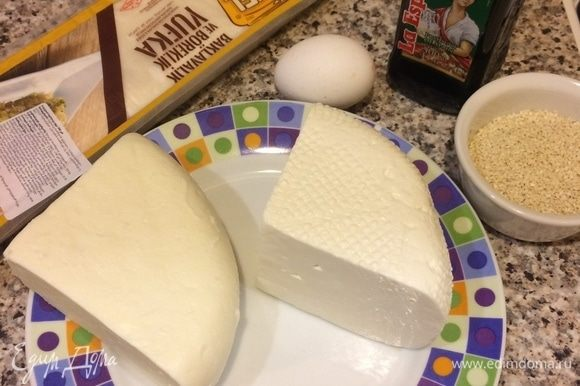 Духовку нагреть до 180°C. Оба вида сыра натереть на крупной терке.