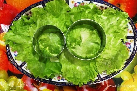 На блюдо устанавливаем кулинарные кольца.