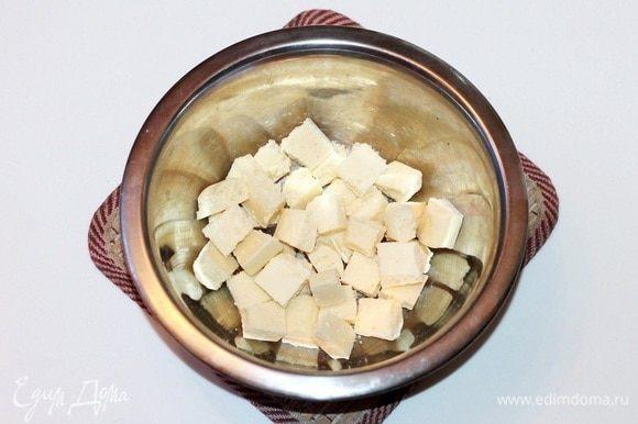 Белый шоколад ломаем на мелкие кусочки.