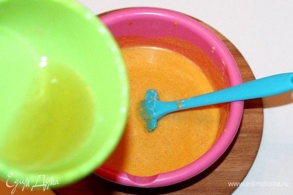 Затем добавляем растопленный желатин и перемешиваем.