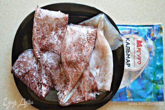 Очистите кальмары от шкурки, освободите от внутренностей, пленок и хорды. Хорошо промойте тушки под холодной проточной водой.