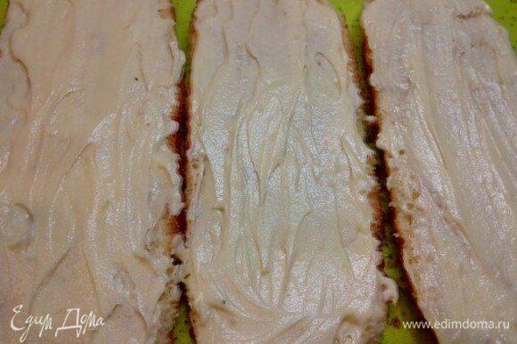 Вот и настал тот самый момент истины — собираю долгожданный торт. Разрезаю бисквит на три части, каждую пропитываю пропиткой.