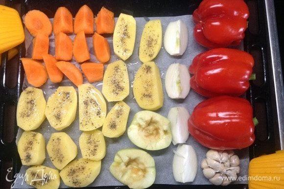 Овощи помыли. Картоху режем пополам вдоль, морковь — на кусочки немелкие, лук — на 4 дольки, перец сладкий целиком, можно яблоко (на десерт) пополам, можно нечищенную головку чеснока. Все на противень с пергаментом, внизу постеленным. Картофель солим-перчим и чуть маслом растительным сбрызнуть (а можно без масла совсем).