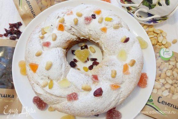 Посыпать готовый калач сахарной пудрой. Украсить орехами и мармеладом. Плетеный калач готов!