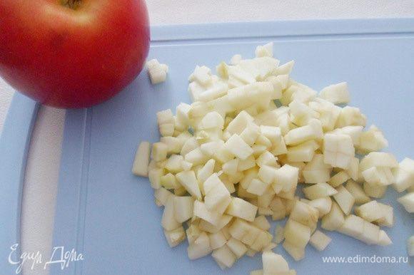 Яблоки (лучше взять сладкие красные) очистить от кожуры и сердцевины и нарезать небольшими кусочками.
