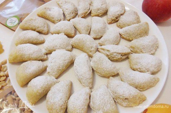 Полностью остудить (так они вкуснее), по желанию, можно посыпать сахарной пудрой.