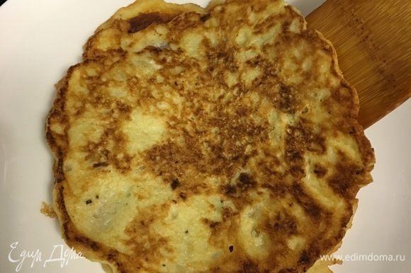 А получаются нежные, с ароматом жареной картошечки. И даже дырочки есть! Снимаем оладушки со сковороды. Блинчики можно сразу смазывать сливочным маслом и уже сейчас кушать (так тоже я пробовала, это нежно и очень вкусно).