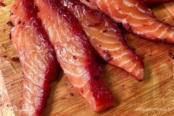Но мы достанем из холодильника нашего замаринованного к тому времени лосося. Посмотрите, какой необычный цвет у рыбки!