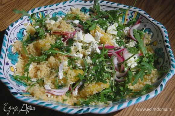 Посыпать салат мятой, порванной руками, и сбрызнуть оставшимся оливковым маслом.