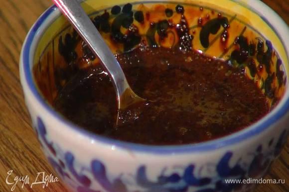 Весь растворимый кофе залить 3‒4 ст. ложками кипятка и перемешать.