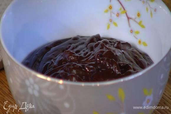 Приготовить шоколадный слой: шоколадные капли растопить на водяной бане, влить сливки и продолжать прогревать, пока не получится гладкая, нежная масса, затем влить 2 ст. ложки растворенного кофе, 2 ст. ложки коньяка, вымешать лопаткой в однородную массу и остудить.