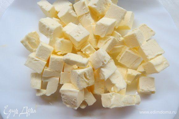 Готовим шоколадное сабле. Сливочное масло нарезать маленькими кубиками и убрать на 10 минут в морозильную камеру.