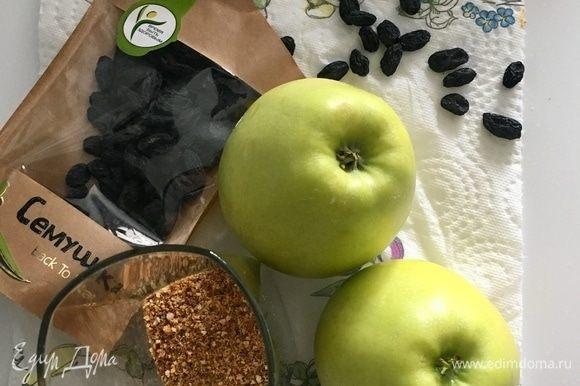 Пока тесто отдыхает, займемся начинкой. Два больших яблока, полстакана домашних сухарей, изюм от ТМ «Семушка».