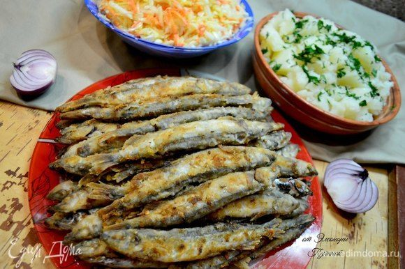 Подать рыбу с овощным салатом, картошкой, все на ваш вкус!