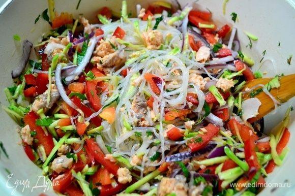 Фунчозу залить горячей водой на 7–10 мин. За это время нарезать соломкой красный болгарский перец, красный лук, на терке натереть авокадо или размять вилкой, мелко нарезать зелень, добавить молотый перец.