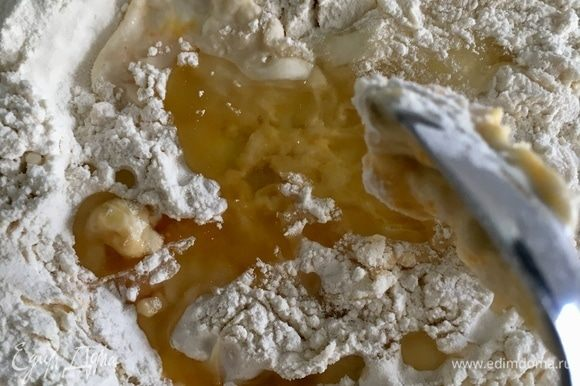 Начнем смешивать муку и яйцо сперва ложкой, попеременно вливая 2 столовые ложки масла и воду. В несколько этапов.