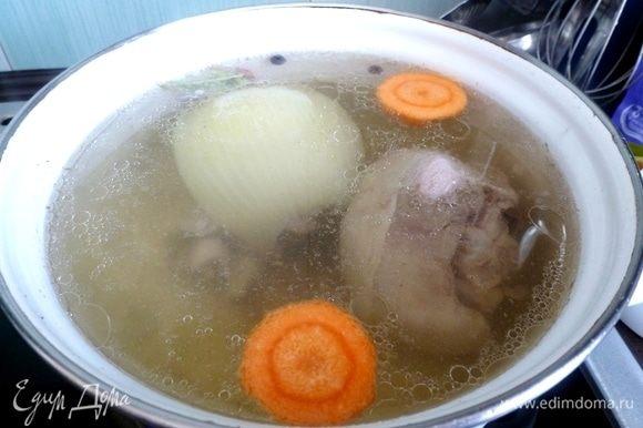 Сначала сварим бульон из голени индейки. Для удобства я ее разрубила пополам. Луковка, морковка, душистый перец — обязательные ингредиенты для бульона. Когда закипит, снимем пену, уменьшим огонь до минимума и варим 1–1,5 часа.
