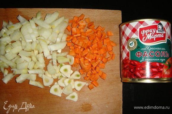 Морковь и лук нарезать кубиками, чеснок — пластинками.