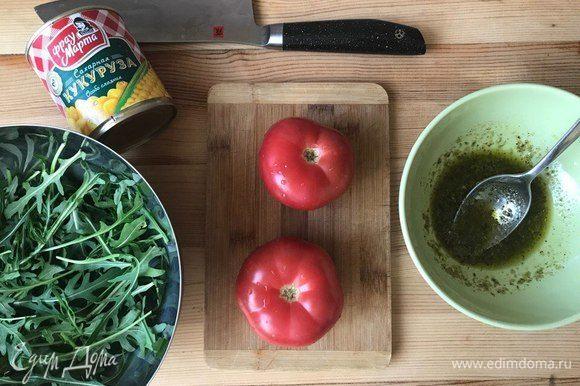 Готовлю соус: смешиваю соус песто и оливковое масло.