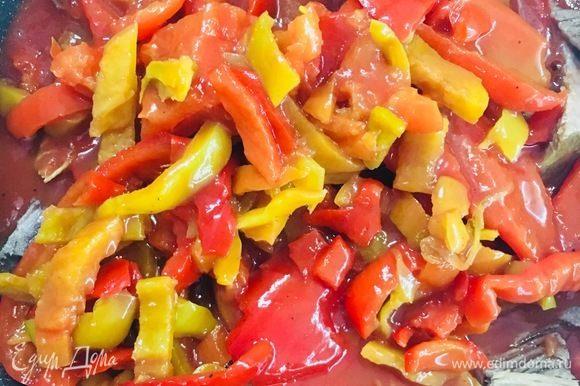 Выкладываем венгерское лечо, прогреваем, подсолить (по вкусу). Не доводим до состояния мягкого перца!